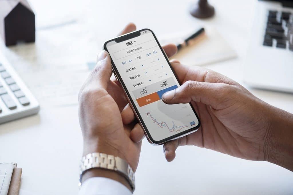 Aktienmarkt am Handy, wer zahlt die höchste Dividende