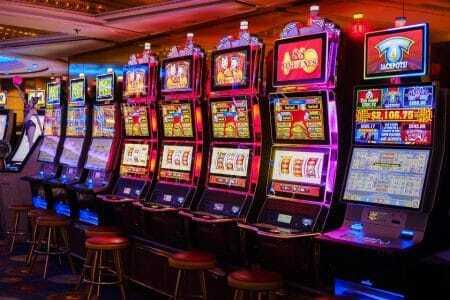 Eine Reihe von Spielautomaten im Casino